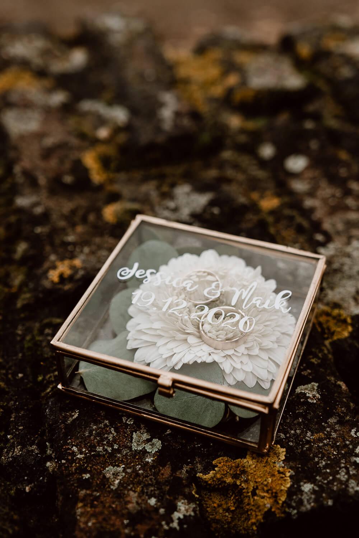 goldene Ringbox mit Blumen